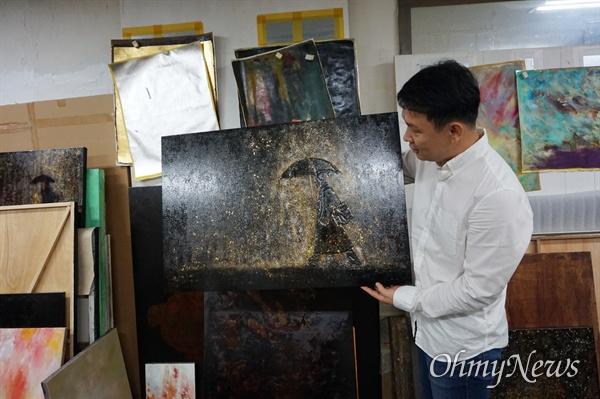 한국화가 김선태 작가가 지난 14일 경기도 용인의 작업실에서 <오마이뉴스>와 인터뷰하고 있다.