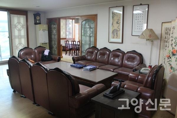 정치인은 물론, 김대중 대통령을 따랐을 수많은 사람들과 마주했던 거실 소파. 그 뒤로는 회의실이 마련돼 있다.