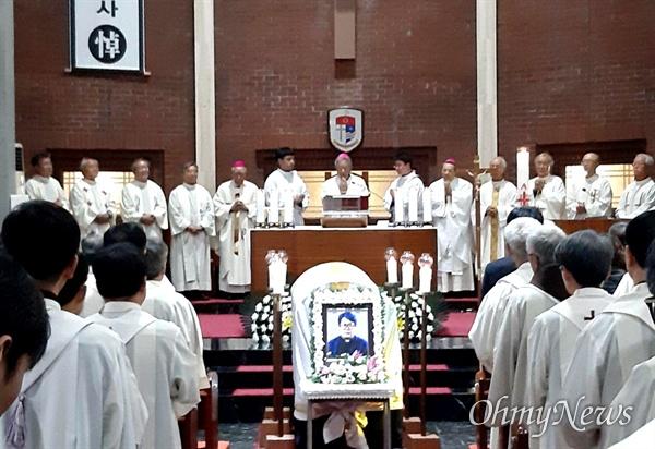 김영식 신부의 장례미사가 21일 오전 천주교 마산교구 양덕동성당에서 열렸다.