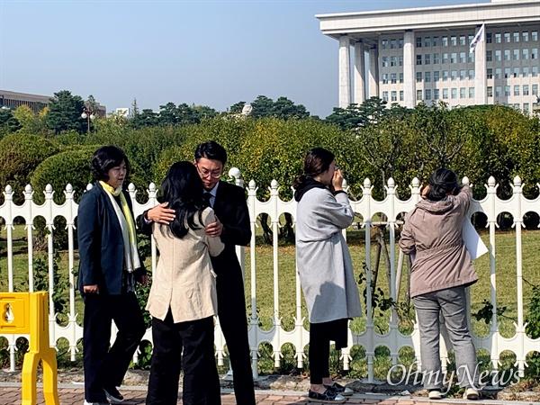 하준·태호·유찬·민식이 부모들이 21일 오전 서울 여의도 국회의사당 정문 앞에서 어린이생명안전법안 통과를 촉구하는 기자회견을 마친 뒤 국회를 바라보며 눈물을 흘리고 있다.