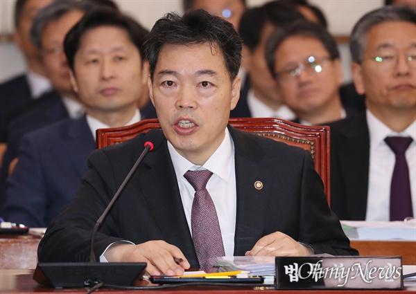 김오수 법무부 차관이 21일 국회에서 열린 법제사법위원회 종합감사에서 의원 질의에 답변하고 있다.
