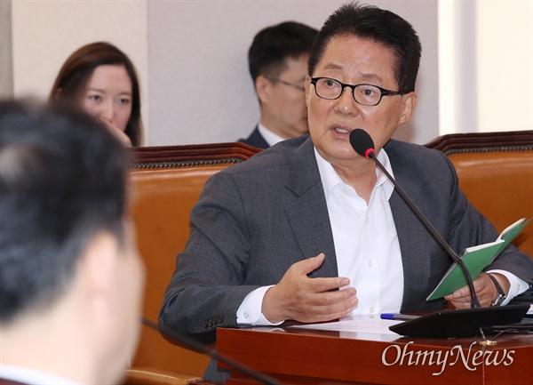 박지원 대안신당 의원이 21일 국회에서 열린 법제사법위원회 종합감사에서 질의하고 있다.