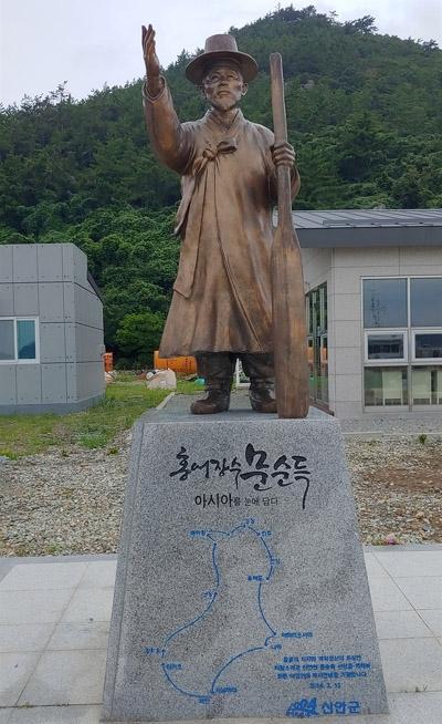 홍어장수 문순득 동상. 전라남도 신안군 도초면 우이도리 진리선착장에 세워져 있다.