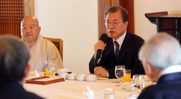 문재인 대통령이 21일 청와대에서 종교지도자들과 오찬 간담회 전 인사말을 하고 있다.