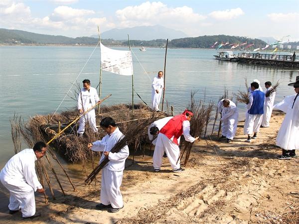 '제2회 태인문화제' 뗏배 재현  갯벌에 섶을 꼽기 위해 섶을 실어 나르던 뗏배와 섶 꼽기를 재현하는 모습