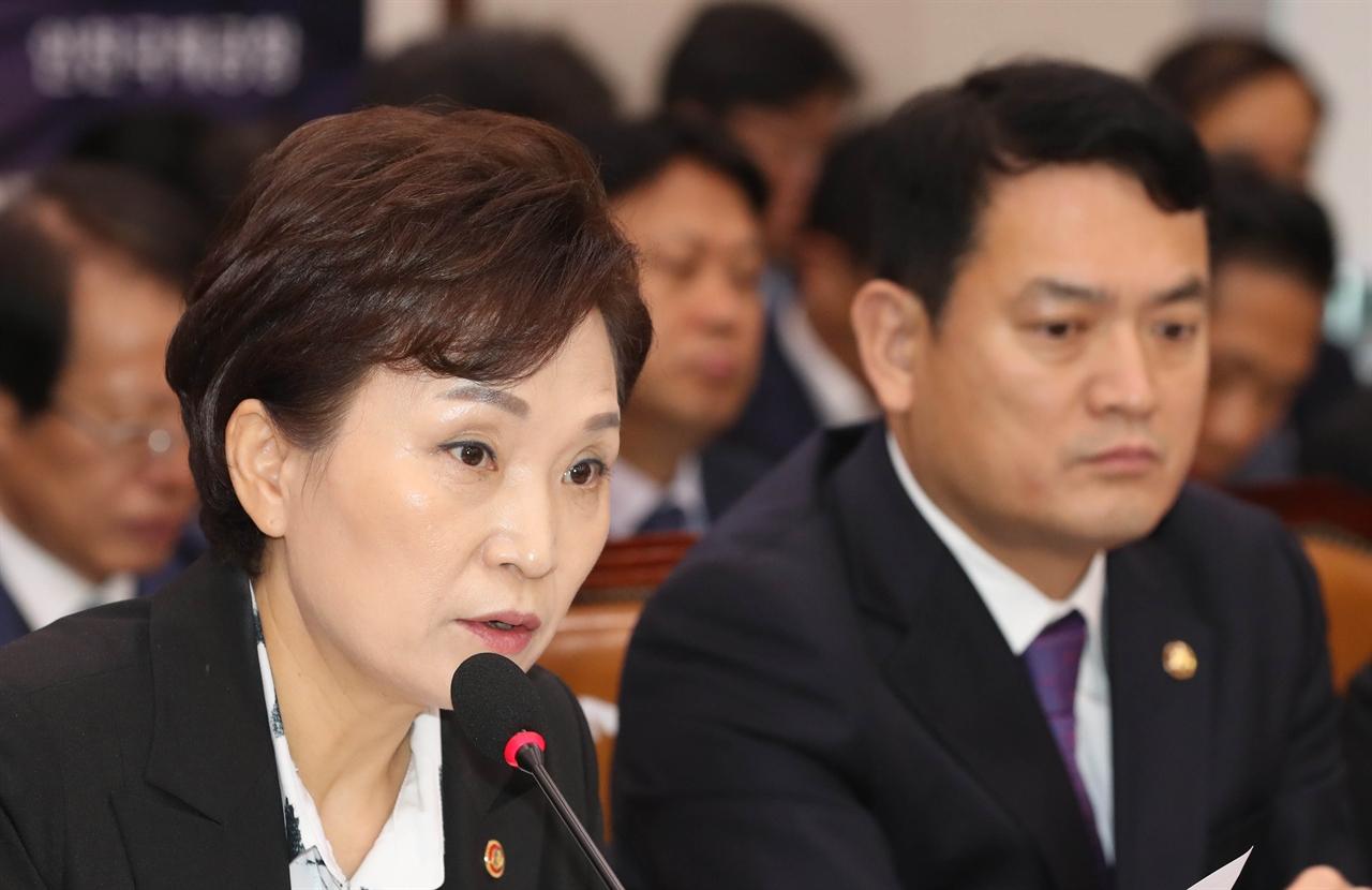 김현미 국토교통부 장관이 21일 국회에서 열린 국토교통위원회 국정감사에서 의원 질의에 답변하고 있다