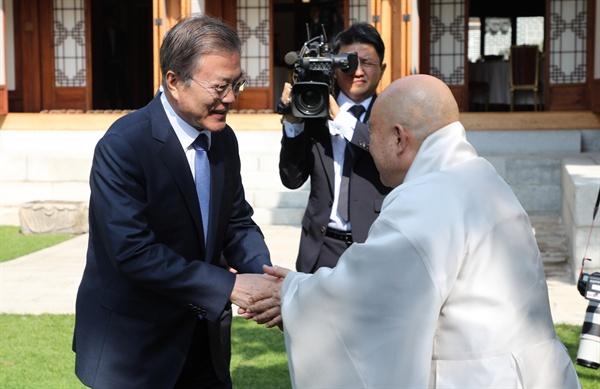 문재인 대통령이 21일 청와대에서 열린 종교지도자 오찬 간담회에서 원행 조계종 총무원장과 인사하고 있다.