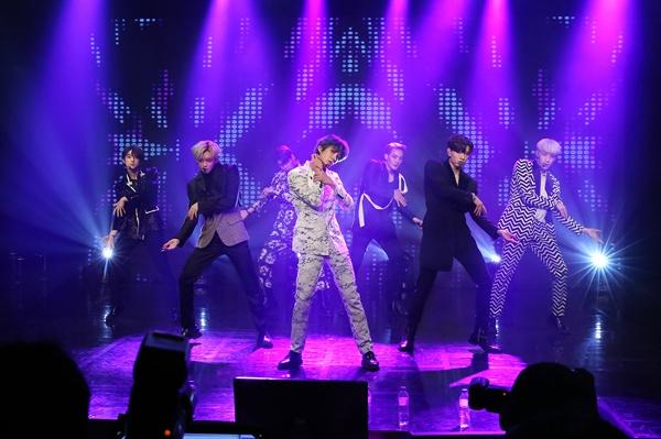 VAV VAV(브이에이브이)가 다섯 번째 미니앨범 <포이즌>을 발매했다.
