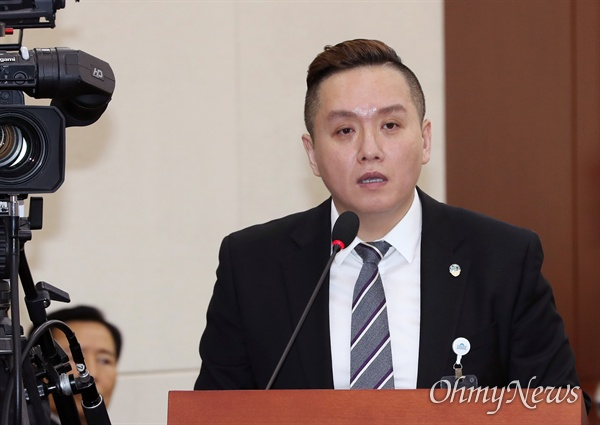 임태훈 군인권센터 소장이 21일 국회에서 열린 국방위 국정감사에 증인으로 출석해 의원 질의에 답변하고 있다.