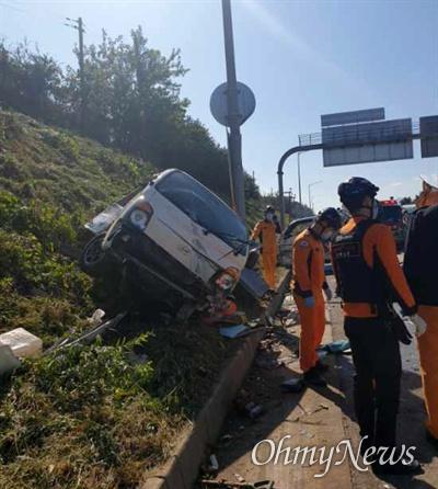 21일 오전 중부내륙고속도로 경기 양평방향 136.6km 부근에서 풀베기 작업을 하던 노동자 3명이 21톤 트럭이 덮치는 바람에 참사를 당했다.