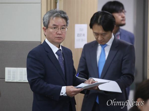 김남준 법무·검찰개혁위원회 위원장이 21일 오후 정부과천청사 법무부에서 다섯번째 권고안을 발표하기 위해 브리핑장으로 들어서고 있다.