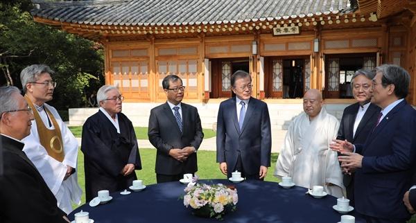 문재인 대통령과 7대 종단 지도자들이 21일 청와대에서 오찬 간담회 전 대화하고 있다.