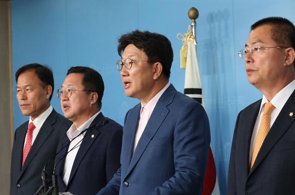 권성동 의원(오른쪽 두번째) 등 자유한국당 사법개혁특별위원회 의원들이 21일 오후 국회 정론관에서 공수처 관련 기자회견을 하고 있다.
