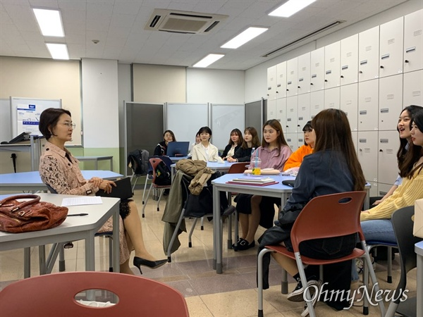 박상희 팀장이 성신여대 학생들과 '인천 프로젝트'와 관련해 토론을 하고 있다.