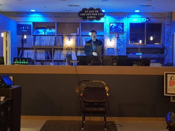 카페 음악이야기. 현웅씨는 깊은 밤에는 디제이로 일하고, 퇴근하고는 글을 쓴다.