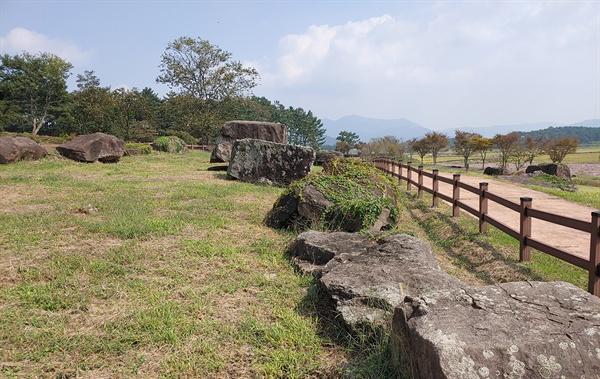 고창 고인돌 유적 제2 탐방코스 고인돌 일부 모습이다.