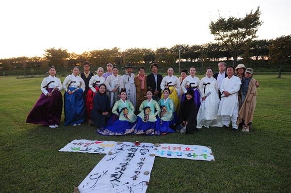 10월 21일 오후 낙동강 하구 대저생태공원 잔디광장에서 열린 춤꾼 박소산씨의 '생명평화의 날개짓' 행사.