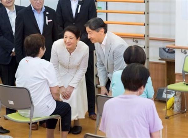 나루히토 일왕이 마사코 왕후와 함께 지난 9월 24일 고령자센터를 방문하는 모습.
