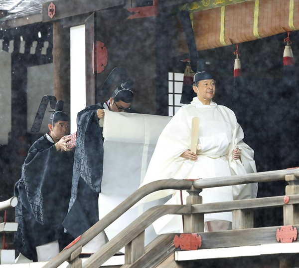 나루히토(德仁) 일왕이 22일 오전 도쿄의 왕궁 규추산덴(宮中三殿) 중 가시코도코로(賢所)에서 즉위 예식을 끝낸 뒤 걸어가고 있다. 가시코도코로는 일본 왕위의 상징인 삼종신기(거울·검·굽은구슬) 중 야타노카가미(八咫鏡)라는 거울을 모셔둔 곳이다.