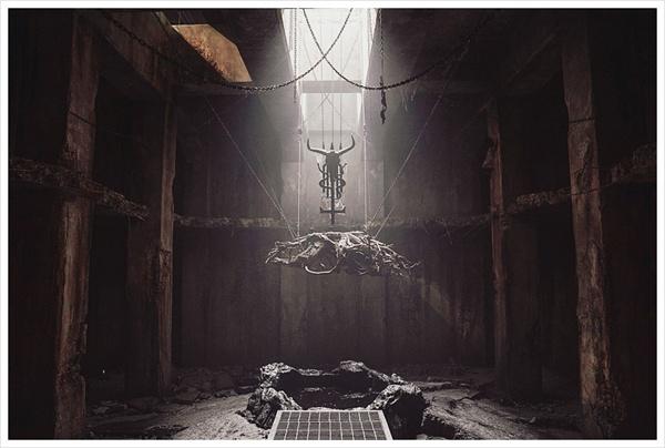 악마를 숭배하는 '지신'의 우물. 지신은 자신의 영혼을 팔고 타인의 생명을 바쳐 탐욕을 채운다.
