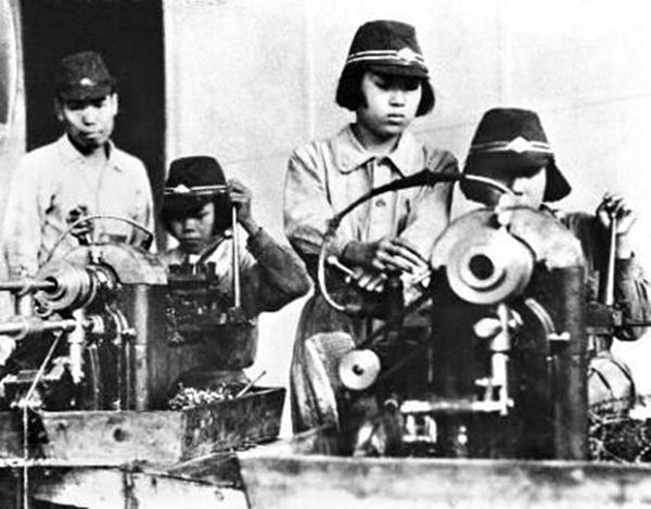 미쓰비시 근로정신대 피해자들이 미쓰비시 나고야 항공기 제작소에서 일 하고 있는 모습 (미국 국립문서기록청)