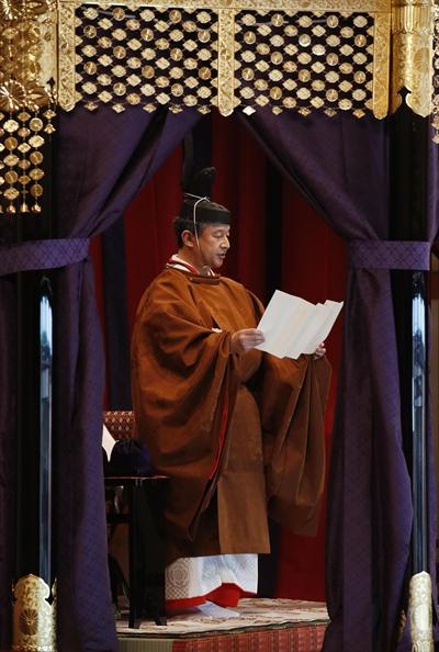 """나루히토 일왕 즉위 선언 나루히토(德仁) 일왕이 22일 오후 1시18분께 도쿄 왕궁의 정전(正殿)인 마쓰노마(松の間)에서 자신의 즉위를 선언하고 있다. 나루히토 일왕은 """"국민의 행복과 세계의 평화를 항상 바라며 국민에 다가서면서 헌법에 따라 일본국 및 일본 국민통합의 상징으로서 임무를 다할 것을 맹세한다""""고 말했다."""