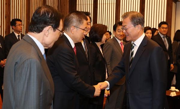 문재인 대통령이 22일 오전 국회 의장접견실에서 시정연설에 앞서 환담을 하러 들어서며 자유한국당 황교안 대표와 악수하고 있다.