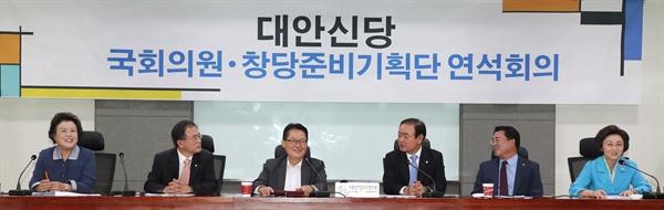 대안신당 장병완(오른쪽 세번째), 박지원(왼쪽 세번째) 의원 등 참석자들이 21일 오전 국회 의원회관에서 열린 국회의원·창당준비기획단 연석회의에서 밝은 표정을 하고 있다.