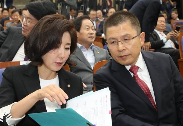 자유한국당 황교안 대표와 나경원 원내대표가 22일 국회에서 열린 의원총회에서 이야기하고 있다.