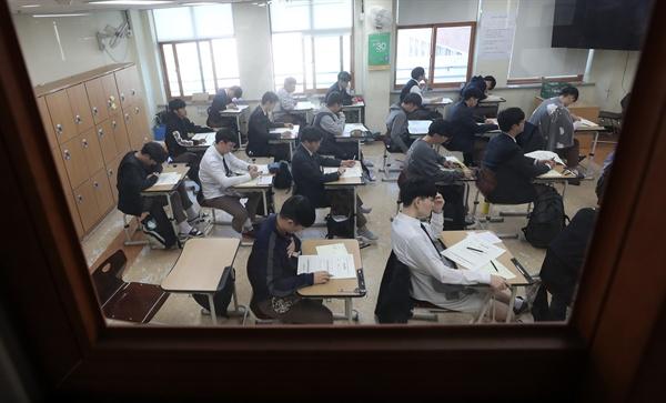 지난 15일 오전 강원 춘천고등학교에서 고교 3학년 수험생들이 전국연합학력평가 응시를 준비하고 있다. 이번 시험은 대입 수능을 한달여 앞두고 마지막으로 치러지는 학력평가다.
