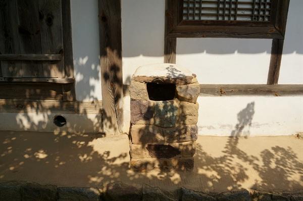 병산서원 서재굴뚝 서재굴뚝은 서쪽뒤편 토방 위에 있다. 네모난 돌을 다듬어 만든 돌굴뚝으로 야무지게 생긴 것이 고고한 선비 닮았다.