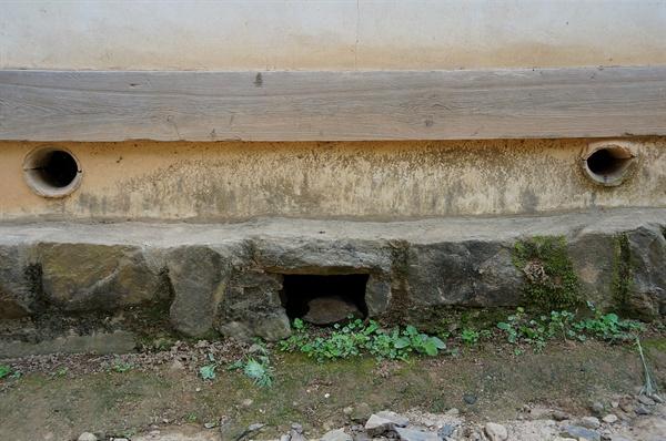 입교당 기단굴뚝  입교당 뒤 동쪽 굴뚝은 입교당 건물 숨구멍과 같이 보면 방긋 웃는 모양이다.