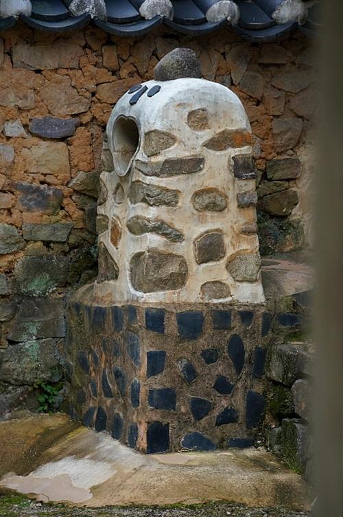 옥연정사 안채굴뚝 이 자리에 있던 키가 큰 굴뚝을 없애고 대신 헤벌쭉 웃는 모양의 아담한 굴뚝을 세워 놓았다.
