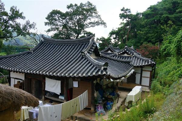 옥연정사 지붕 옥연정사 지붕은 모두 팔작지붕으로 고색이 창연하다. 북쪽으로 들어앉은 가운데에 있는 것이 옥연정사의 중심건물인 원락재다.