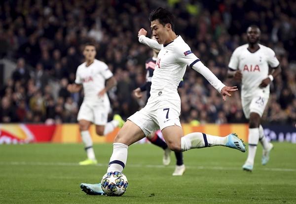 슛 성공하는 손흥민 22일(현지시간) 영국 런던의 토트넘 홋스퍼 스타디움에서 열린 츠르베나 즈베즈다(세르비아)와의 2019-2020 UEFA 챔피언스리그 조별리그 B조 3차전에서 팀의 3번째 골을 성공시키는 손흥민(27·토트넘, 가운데).