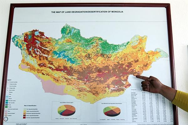 신기호 신부가 몽골의 사막화가 진행되는 모습을 설명하고 있다. 노란색은 사막화가 진행되는 지역이고 빨강색은 사막화가 극심한 지역이다