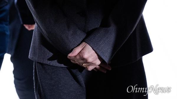 법원 도착하는 정경심 교수 조국 전 법무부장관 부인 정경심 교수가 23일 오전 서초동 서울중앙지법에서 위계공무집행방해 등 혐의로 구속 전 피의자심문(영장실질심사)을 받기 위해 도착하고 있다.