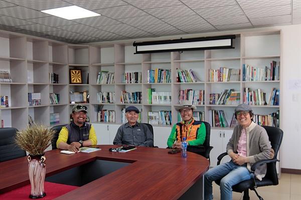 몽골 수도 울란바토르에 있는 '푸른아시아 네트워크'를 방문해 몽골녹화사업에 대해 설명을 듣고 기념촬영했다. 왼쪽부터 푸른아시아 몽골지부장 신기호 신부, 이병철, 필자, 김성기