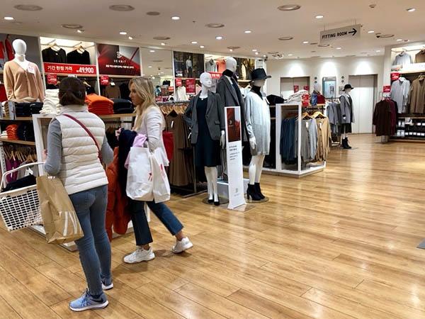 21일 명동역 근처에 있는 유니클로 매장. 이날 쇼핑을 하고 있던 이들 가운데 대다수는 외국인이었다.