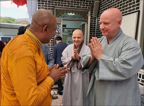 와치싸라 스님과 헝가리 청안스님 스리랑카 와치싸라 스님과 헝가리 청안스님이 양주시 마하보디사 카티나 법회에서 만나 인사하고 있다.