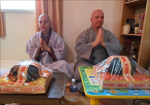 청안스님과 청진스님 남방불교의 행사에 헝가리 출신의 청안스님과 청진스님이 참석하고 있다.