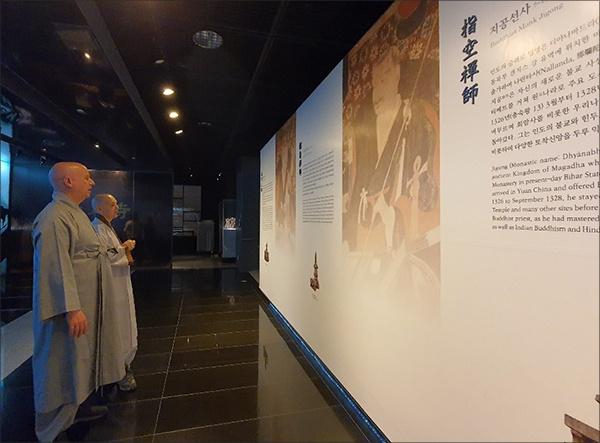 나옹선사, 지공선사 등의 전시물 관람 양주시립회암사지박물관에서 을 보고 있다.나옹선사, 지공선사 등의 전시물