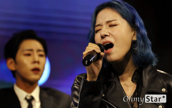 해디, 호소력 짙은 보이스 가수 HEDY(해디)가 23일 오후 서울 서교동의 한 공연장에서 열린 첫 번째 미니앨범 <포션 포 해디(PORTION FOR HEDY)> 발매 기념 쇼케이스에서 타이틀곡 '롤링 스톤(Rolling Stone)'과 수록곡 '지금껏 그래왔듯이'를 선보이고 있다. 2016년 SBS 프로그램 '판타스틱 듀오-에일리 편'에 출연해 '아차산 아이스크림녀'로 유명세를 탄 HEDY(본명 이민정)는 폭발적인 가창력과 소울풀한 보이스로 눈길을 끌며 최종 듀오로 선정됐던 신인가수다.