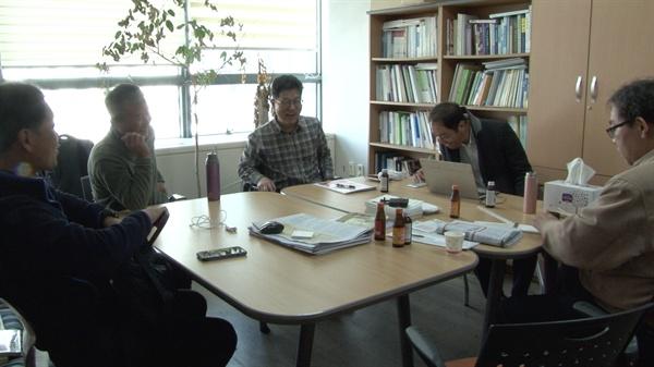 영화 <삽질> 첫 기획 회의 오마이뉴스와 4대강 독립군이 첫 기획 회의를 하고 있다.