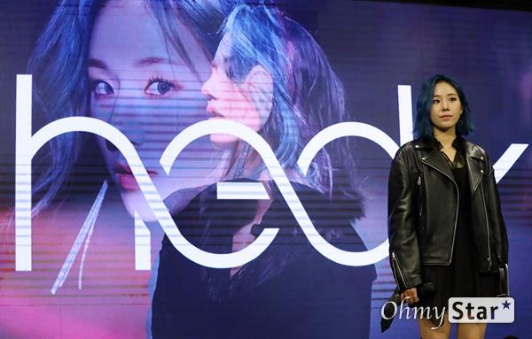 해디, 드디어 데뷔! 가수 HEDY(해디)가 23일 오후 서울 서교동의 한 공연장에서 열린 첫 번째 미니앨범 <포션 포 해디(PORTION FOR HEDY)> 발매 기념 쇼케이스에서 포토타임을 갖고 있다. 2016년 SBS 프로그램 '판타스틱 듀오-에일리 편'에 출연해 '아차산 아이스크림녀'로 유명세를 탄 HEDY(본명 이민정)는 폭발적인 가창력과 소울풀한 보이스로 눈길을 끌며 최종 듀오로 선정됐던 신인가수다.