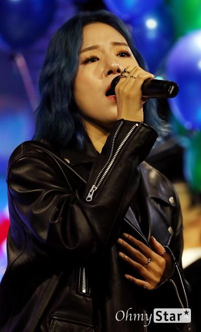 해디, 아차산 아이스크림녀의 변신! 가수 HEDY(해디)가 23일 오후 서울 서교동의 한 공연장에서 열린 첫 번째 미니앨범 <포션 포 해디(PORTION FOR HEDY)> 발매 기념 쇼케이스에서 타이틀곡 '롤링 스톤(Rolling Stone)'과 수록곡 '지금껏 그래왔듯이'를 선보이고 있다. 2016년 SBS 프로그램 '판타스틱 듀오-에일리 편'에 출연해 '아차산 아이스크림녀'로 유명세를 탄 HEDY(본명 이민정)는 폭발적인 가창력과 소울풀한 보이스로 눈길을 끌며 최종 듀오로 선정됐던 신인가수다.