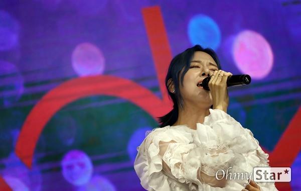 해디,  언제나 겸손하게! 가수 HEDY(해디)가 23일 오후 서울 서교동의 한 공연장에서 열린 첫 번째 미니앨범 <포션 포 해디(PORTION FOR HEDY)> 발매 기념 쇼케이스에서 타이틀곡 '롤링 스톤(Rolling Stone)'과 수록곡 '지금껏 그래왔듯이'를 선보이고 있다. 2016년 SBS 프로그램 '판타스틱 듀오-에일리 편'에 출연해 '아차산 아이스크림녀'로 유명세를 탄 HEDY(본명 이민정)는 폭발적인 가창력과 소울풀한 보이스로 눈길을 끌며 최종 듀오로 선정됐던 신인가수다.