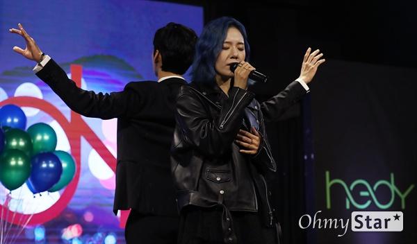 해디, 한선천 현대무용가와 함께 가수 HEDY(해디)가 23일 오후 서울 서교동의 한 공연장에서 열린 첫 번째 미니앨범 <포션 포 해디(PORTION FOR HEDY)> 발매 기념 쇼케이스에서 타이틀곡 '롤링 스톤(Rolling Stone)'과 수록곡 '지금껏 그래왔듯이'를 선보이고 있다. 왼쪽은 한선천 현대무용가. 2016년 SBS 프로그램 '판타스틱 듀오-에일리 편'에 출연해 '아차산 아이스크림녀'로 유명세를 탄 HEDY(본명 이민정)는 폭발적인 가창력과 소울풀한 보이스로 눈길을 끌며 최종 듀오로 선정됐던 신인가수다.