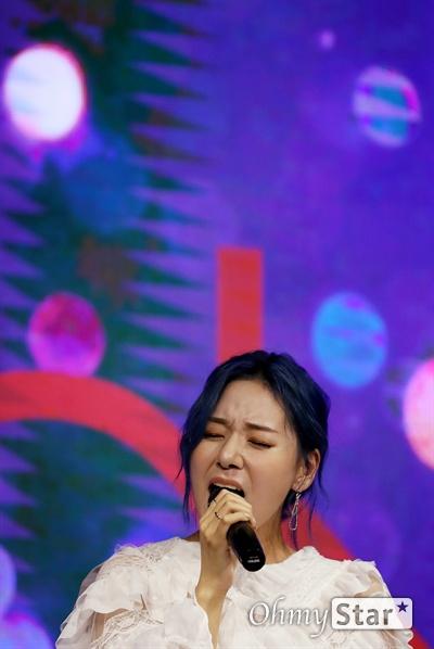 해디, 자작곡 앨범 내고 싶어! 가수 HEDY(해디)가 23일 오후 서울 서교동의 한 공연장에서 열린 첫 번째 미니앨범 <포션 포 해디(PORTION FOR HEDY)> 발매 기념 쇼케이스에서 타이틀곡 '롤링 스톤(Rolling Stone)'과 수록곡 '지금껏 그래왔듯이'를 선보이고 있다. 2016년 SBS 프로그램 '판타스틱 듀오-에일리 편'에 출연해 '아차산 아이스크림녀'로 유명세를 탄 HEDY(본명 이민정)는 폭발적인 가창력과 소울풀한 보이스로 눈길을 끌며 최종 듀오로 선정됐던 신인가수다.