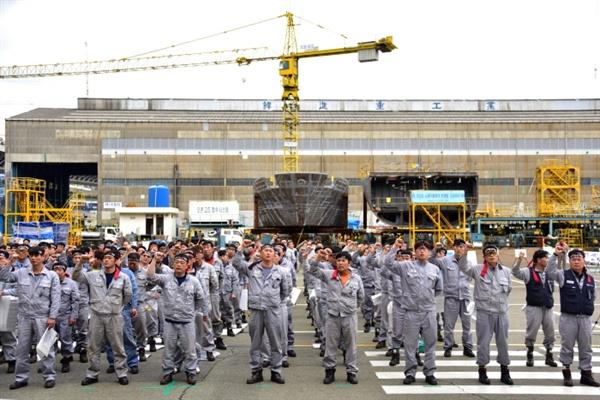 조합원들이 임을 위한 행진곡을 부르고 있다.